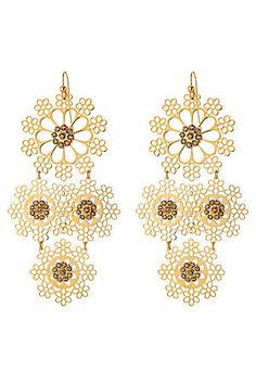 Passend zum derzeitigen Ethno-Trend: die 24kt vergoldeten Chandelier-Ohrringe in Schneekristall-Optik und mit goldbraunen Schmucksteinen von Gas Bijoux #Stylebop