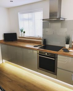 Project kitchen done and dusted!. . . #newkitchen #howdens #greygloss #greglosskitchen #clerkenwell #handlesskitchen #diy #kitchenrevamp #kitchen #greykitchen #kitchenideas #kitchenproject #instagay #ourhouse New Kitchen Designs, Modern Kitchen Design, Interior Design Kitchen, Howdens Kitchens, Grey Kitchens, Smart Kitchen, Solid Wood Kitchen Worktops, Grey Gloss Kitchen, Kitchen Furniture