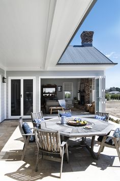 """The exterior of a Hamptons home stands apart from any other style. Hamptons Style Decor, Hamptons House, The Hamptons, Garden Shop, Home And Garden, Decor Interior Design, Interior Decorating, Outdoor Living, Outdoor Decor"