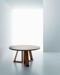 Mesa redonda en madera con tres pies también en madera