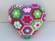 Häkelanleitung: Herzkissen African Flowers. Wer es einmal in den Händen hält, gibt es nicht mehr her :-) https://www.crazypatterns.net/de/items/6591/herzkissen-african-flowers
