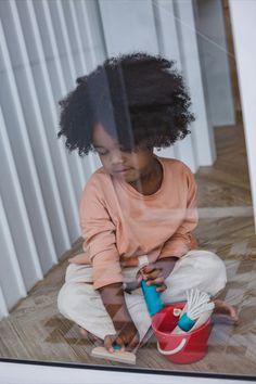 5 teiliges PlanToys Putz-Set für Kinder. Fördert das kreative Spielen und lässt die Kinder die erwachsenen nachahmen. Ein Putzeimer, Sprühglasche, Handfeger, Schaufel und Fensterabzieher. Broom And Dustpan, Clean Space, Plan Toys, Eco Friendly Toys, Physical Development, Wood Tree, Cleaning Kit, Communication Skills, Early Childhood