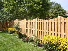 02 Best and Fascinating DIY Wooden Garden Fence Styles and Designs for Your Home Ideas & Inspirations Wood Fence Cost, Rustic Fence, Diy Fence, Fence Landscaping, Cedar Fence, Fence Ideas, Wood Fences, Pergola Ideas, Rustic Wood