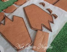 A Spooky Hallowe'en Gingerbread Witch's House! Halloween Cookie Recipes, Halloween Cookies, Spooky Halloween, Halloween Crafts, Christmas Cookies, Halloween Party, Haunted Gingerbread House, Build Your Own House, Jeepers Creepers