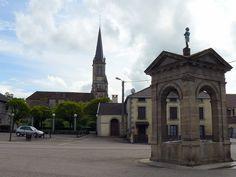 Bouligney (Haute-Saône, France) : fontaine surmontée d'une statuette de Napoléon Ier, église
