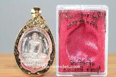 Rian Kathin 52 Nuea Ngern (Silber) Amulett  des ehrwürdigen Luang Pho Pian, Abt des Wat Gernkathin, aus dem Jahr B.E. 2552 (2009). Luang Pho Pian erschuf das Amulett in einer nummerierten Kleinserie von nur 299 Amuletten. Das Amulett befindet sich in einer vergoldeten Fassung. Luang Pho Pian erschuf das Amulett anlässlich des Thod Kathin Festes im Jahr 2009 aus heiligem Silber in einer nummerierten Kleinserie von nur 299 Amuletten.