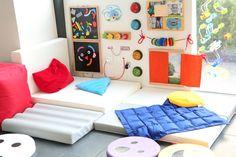 Panel sensorial de destreza manipulativo para desarrollar la motricidad fina, la agudeza visual, estimular los sentidos... Diy Sensory Board, Sensory Wall, Daycare Spaces, Kid Spaces, Baby Gym, Baby Kids, Ideas Paneles, Toddler Classroom, Infant Activities