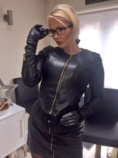 A beautiful Blonde in a black Leather Zipper Outfit Black Leather Gloves, Leather Corset, Black Leather Skirts, Leather Pants, Gloves Fashion, Leder Outfits, Elegantes Outfit, Sexy Older Women, Leather Fashion