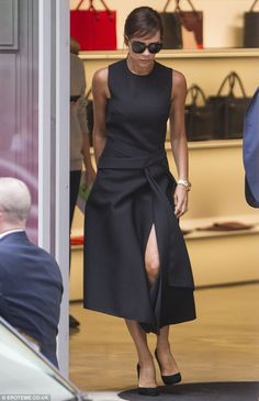 Walking clotheshorse: Victoria, was a vision of minimalist style as she was photographed tottering around the capital in a pair of sky-high black court stilettos and the fashion-forward one-piece from her Autumn/Winter 15 line Black Women Fashion, Dark Fashion, Minimalist Fashion, Minimalist Style, Womens Fashion, Classic Outfits, Trendy Outfits, Fashion Outfits, Victoria Beckham Stil