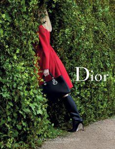 5월 30일, 베르사이유 궁전에 감춰져 있던 비밀의 문이 열린다. Dior.com에서 공개될 <시크릿 가든(Secret Garden)> 캠페인의 세 번째 작품인 '이네즈 & 비누드(Inez et Vinoodh)'의 패션 필름이 당신을 베르사이유 궁전의 산책로로 이끌어줄 것이다.