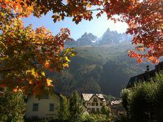 Vue sur les aiguilles de Chamonix et cadre automnal / View of chamonix summits