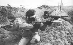 A Volunteer of the (Provisional) Irish Republican Army holding a (P)IRA-manufactured Mark 15 grenade-launcher or Improvised Projected Grenade (IPG) Northern Ireland Troubles, Irish Republican Army, The Ira, War Photography, Irish Celtic, Army Soldier, Guns, British, Photos
