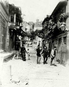Eski sokak lambaları, cumbalı evler ve Tatavla  (1900'ler) #istanbul #birzamanlar #oldpics #life #hayat #istanlook