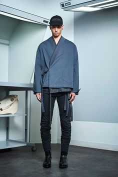 Siki Im presented its Fall/Winter 2017 collection during New York Fashion Week Men's. Modern Mens Fashion, Best Mens Fashion, Urban Fashion, Male Kimono, Modern Kimono, Winter Outfits Men, Vogue, Oriental Fashion, Kimono Fashion