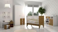 Habitación infantil con cuna, mueble cambiador e incluso un escritorio en miniatura para los más pequeños.
