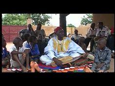 Au cœur du Mali, terre de légendes et de richesses culturelles, un personnage s'érige en pilier de la mémoire, en héritier d'une tradition séculaire. Le Djeli ou Griot est depuis des siècles le conseiller poète de toute la société Mandingue, le troubadour respecté, le chanteur de vérités.   Sur 52 minutes, ce film documentaire offre une plongée au cœur de l'univers des griots, un témoignage musical de leurs traditions, et une mise en perspective de leur rôle au sein de notre monde mode…