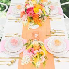 Decoração de Casamento : Paleta de Cores Amarelo e Coral ————————————————————————————————————————————————— Deixem nos comentários quais cores vocês querem ver na sérieDecoração de Casamento!