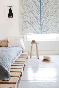 白い床に、白い壁。北欧チックのとっても雰囲気のある寝室ですが、ベッドを見ると・・なんと、すのこなんです♪