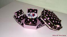 Caixa de costura em cartonagem com linhas, agulhas, alfinetes, fita métrica...