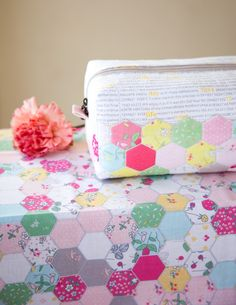 This adorable Hexie Block Zip Pouch is easy to make with hexagon cheater fabric! These simple zip pouches make perfect gifts. Pencil Case Pattern, Zipper Pencil Case, Pouch Pattern, Sew Pattern, Pattern Cutting, Zipper Pouch, Sewing Patterns Free, Free Sewing, Bag Patterns