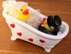 Ein süßes Geschenk für das Brautpaar um eine romantische Zukunft oder eine traumhaft schöne Hochzeitsreise zu wünschen.  Badende Entchen in Hochezitskleidung. In der Badewanne kann man Geld...