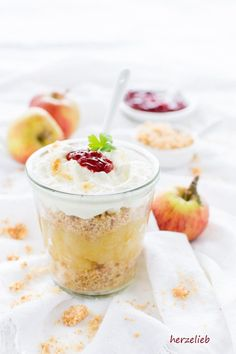 Mit diesem Rezept bereitest du ganz schnell und unkompliziert das dänische Traditions-Dessert Æblekage zu. Dänemark daheim - zum Verlieben!