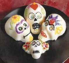 Sugar skull DIY craft for kids. Dia de los Muertos