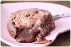 Oppskrift sjokoladefondant: 1 egg 25 g sjokoladeprotein 1 ss kakao 1 ts bakepulver 20 g sukrin gold  Pisk alt sammen og hell i en smurt form (viktig om du vil ha den hel ut igjen) og inn i ovnen på 180 grader i 12-15 min. Velt den ut på et fat og nyt den rennende sjokoladekjernen.  Ønsker du å dele opplevelsen med noen, så doble oppskriften.
