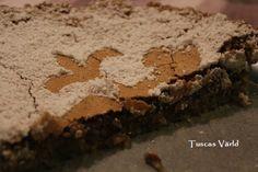Kladdig, nästan lite seg, gluten- och mjölkfri, med lite tuggmotstånd. En absolut favorit hemma hos oss! Tarta de Santiago är ett spanskt litet mästerverk. Kakan kommer från Galicien i nordvästra S…