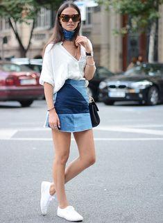 Street style saia jeans patchwork e tênis branco.