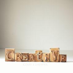 Komplet dębowych bloczków tworzących napis CREATIVE.