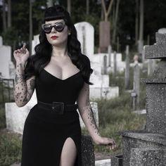 Goth pin up Estilo Rock, Estilo Pin Up, Rockabilly Mode, Rockabilly Fashion, Gothic Fashion, Retro Fashion, Vintage Fashion, Style Fashion, Goth Beauty