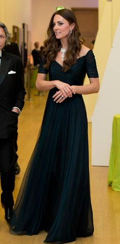 Pairing it with an understated yet elegant blue gown, the Duchess of Cambridge Kate Middleton reportedly borrowed this stunning diamond necklace from the Queen. Royal Fashion, Look Fashion, Fashion News, Gq Fashion, Jenny Packham, Vestidos Kate Middleton, Pretty Dresses, Beautiful Dresses, Gorgeous Dress