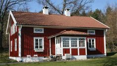 Create an inviting entrance Swedish Cottage, Red Cottage, Cottage Homes, Norwegian House, Sweden House, Red Houses, Summer Cabins, English Country Decor, House In Nature