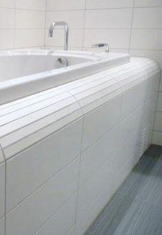 Lag en løsning ved å kutte tynne strimler fra veggflisen. Bathroom Inspo, Bathroom Inspiration, Black Toilet, Hide Wires, Porch Entry, Rattan Basket, Home Look, Built Ins, Home Interior Design