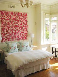 myfarmhouse: littlecabin: feliz: utilizacion de una decorativa tela o genero como respaldo de cama