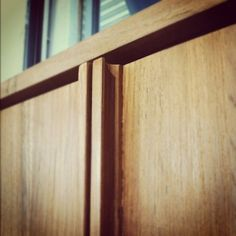 nice wardrobe handle detail Wardrobe Door Handles, Wardrobe Doors, Door Furniture, Furniture Hardware, Architecture Details, Interior Architecture, Joinery Details, Modern Closet, Table Desk