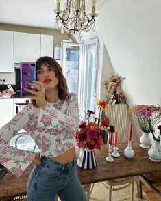 The cute tops french influencers are wearing to stay in the house. As seen worn by Jeanne Damas, Sabina Socol and more style girls. Jeanne Damas, Fancy Tops, Cute Tops, Blair Waldorf, Vogue Paris, Bright Yellow Tops, Top Chic, Versace, Style Parisienne