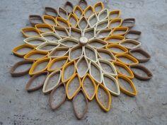 Beauté monochrome et art moderne se combinent dans ce sticker dahlia incroyable, une composition de pétales ombré géométriques dans les tons de jaune et de beige. Depuis le salon à la pépinière, ce grand, rond oeuvre donne une allure contemporaine et un motif floral joyeux à