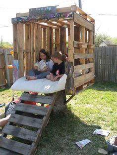 Pallet tree house on a tree stump. Kids Wooden Playhouse, Pallet Playhouse, Backyard Playhouse, Build A Playhouse, Backyard Playground, Playhouse Ideas, Pallet Playground, Backyard Patio, Playhouse Furniture
