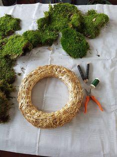 Bind deg en mosekrans; kransebinderkurs på 1-2-3   SkarpiHagen Woodworking Plans, Diy And Crafts, Diys, Crochet Earrings, Christmas, Home Decor, Chicken, Xmas, Decoration Home