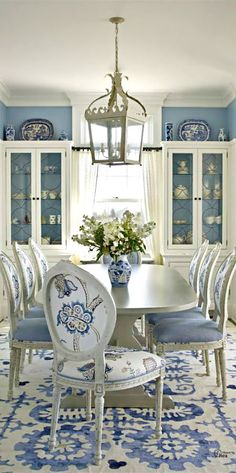 Beautiful blue and white dining room. ilgilibilgili.com