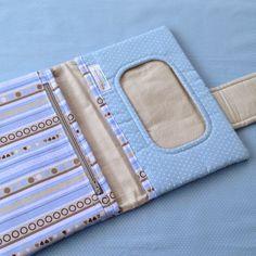 Porta fraldas, com capacidade para até quatro fraldas médias , compartimento para o lenço umedecido, é um bolso com zíper para acomodar pomadas e outros itens do bebê! Leve dentro da bolsa e mantenha tudo organizado!  Nome bordado à mão, entre em contato para a escolha do tecido .  Medida aberta ...