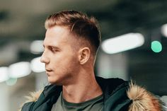Best mainstream and trendy hipster haircut and hairstyles for men's, boys and guys in Discover Hipster Haircuts with images to inspire a new hip look. Types Of Fade Haircut, Taper Fade Haircut, To Go, Go For It, Hipster Beard, Hipster Man, James Dean Haircut, Hipster Hairstyles, Men Hairstyles