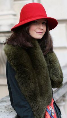 a5543a70 Тенденция: меховой шарф 0 Style Snaps, London Street, Cropped Sweater,  Scarf Styles