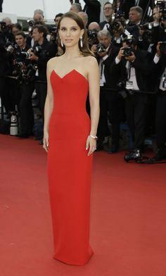 FEMME FATALE: Nydelige Natalie Portman gikk for en enkel, men sofistikert look på den røde Cannes-løperen. Med diamanter i ørene og på hendene kom virkelig Dior-kjolen til sin rett. VI elsker at hun har håret utslått. Foto: NTB scanpix