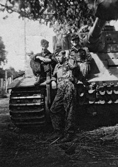 "The crew of Tiger n° 921 of SS Pz-Grenadier-Div ""Totenkopf"" near Kharkov shortly before the Battle of Kursk"