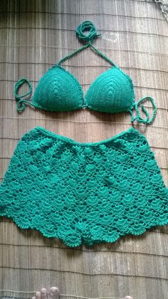This Pin was discovered by Ale Crochet Pants, Crochet Clothes, Crochet Baby, Crochet Bikini Top, Knit Crochet, Como Fazer Short, Motif Vintage, Crochet Woman, Crochet Videos