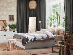 Ein Schlafzimmer mit NORDLI Bettgestell mit Schubladen in Weiß