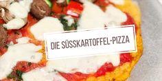 Die Süßkartoffel-Pizza heißt wie eine Pizza, ist aber im eigentlichen Sinne keine richtige Pizza. Hierbei geht es um die Optik und da sieht sie eben wie eine Pizza aus. Eine Pizza mit Süßkartoffelb…